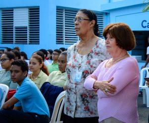 Nuestra directora María Victoria de Santana observa el acto.